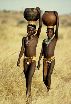 Photo by Kazuyohi Nomachi: Nuba African Tribal Girls, African Women, Tribes Of The World, People Around The World, African Culture, African History, Black Is Beautiful, Beautiful People, Leni Riefenstahl