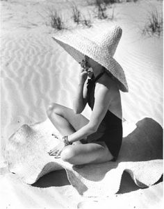 look at that hat and that fun beach rug