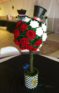 Alice in wonderland centerpiece. Queen of Hearts roses & mad hatter top hat. Alice In Wonderland Tea Party Birthday, Alice Tea Party, Alice In Wonderland Birthday, Mad Hatter Party, Mad Hatter Tea, Mad Hatters, Mad Hatter Birthday Party, Fète Casino, Alice In Wonderland Decorations