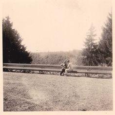 Benedetto Croce e Franco Antonicelli sulla lunga panchina nel parco della Villa Germano di Sordevolo