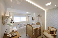 coluna atrás da cama, que vai até o teto + iluminação