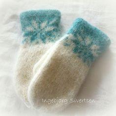 Superlette, myke tova votter i Lett-lopi :-) Håndstrikka, og tova i maskin. Knitted Mittens Pattern, Knit Mittens, Knitted Gloves, Knitting Patterns, Fingerless Gloves, Handycraft Ideas, Baby Mittens, Wrist Warmers, Double Knitting