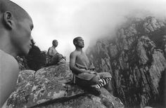 """Shaolin Kung Fu, developed in China beginning in has infiltrated popular culture in the West. Depending on your age, you might be familiar with the TV show """"Kung Fu"""" or Mortal Kombat : Shaolin Monks. Shaolin Kung Fu, Qi Gong, In China, Tai Chi, Cool Pictures, Cool Photos, Inspiring Pictures, Amazing Photos, Martial"""