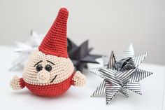 Gratis hækleopskrift hæklet julepynt - Hæklet rund nisse Christmas Gnome, Christmas Mood, Christmas Crafts, Xmas, Christmas Ornaments, Crochet Christmas Decorations, Christmas Crochet Patterns, Christmas Knitting, Diy Crochet And Knitting