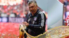 Schale & Bierdusche: Da ist das Ding! Die Bayern haben die Schale - und feierten traditionell.