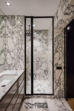 Cristina Jorge de Carvalho Architecture and Interior Design White Marble Bathrooms, Small Bathroom, Target Bathroom, Ocean Bathroom, Brown Bathroom, Bathroom Wall, Grey Wall Decor, Wall Decor Quotes, Mermaid Bathroom Decor