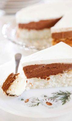 עוגת קוקוס, שוקולד וקצפת ב-3 שכבות. מתכון חגיגי של קרין גורן שמתאים גם לרגישים לגלוטן, ושאפשר בקלות להפוך לפרווה