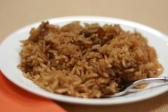 French onion rice Easy and yummy! 2 cups rice 2 can French onion soup 2 can water 2 sticks butter melted Preheat oven to 350 Pour liquids and butter over rice and stir Bake covered Potatoe Casserole Recipes, Rice Casserole, Onion Casserole, Rice Dishes, Pasta Dishes, Side Recipes, Dinner Recipes, Holiday Recipes, 2 Quart Baking Dish