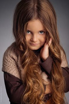 Tytön pitkät hiukset
