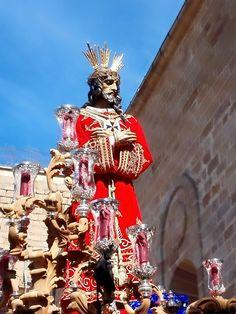 Ntro. Padre Jesús del Rescate momentos después de salir del Templo de Santa María la Mayor.  Foto: Andrés González.  URL: https://scontent-mad.xx.fbcdn.net/hphotos-xft1/v/t1.0-9/11072751_960451250655101_7229222483113192046_n.jpg?oh=79ceefe6adcc7eb6b9e71e4ddc6252cb&oe=55D27C3A