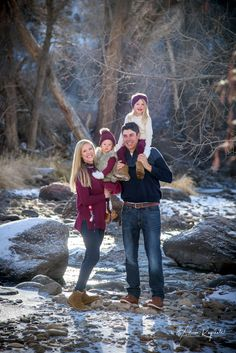 Winter Family Portraits Durango Source by ragsdalephoto Look clothes Family Photo Outfits, Picture Outfits, Picture Poses, Winter Family Photography, Christmas Photography, Winter Family Pictures, Family Photographer, Professional Photographer, Family Portraits
