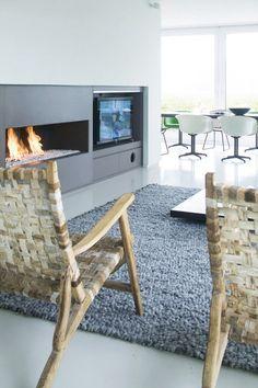 suelo cemento - chimenea moderna Modern Retro, Wishbone Chair, Bungalow, Modern Architecture, Retro Design, Grey Rugs, Dining Room, Hopscotch, Balaclava