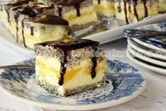 Use translator: Prajitura cremoasa cu mac, branza si lamaie Sweets Recipes, Just Desserts, Delicious Desserts, Yummy Food, Lemon Curd Cheesecake, Lemon Curd Cake, Dessert Drinks, Dessert Bars, Sweets