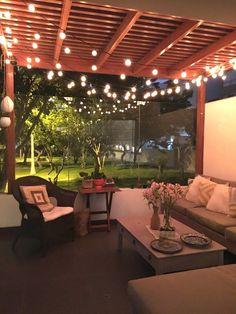 Las luces de terraza se pueden mandar a hacer en las ferreterías especiales donde venden luminarias.