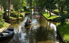 Giethoorn Village in Netherlands has no roads or any modern transportation at all, only canals. Well, and 176 bridges too. Tourists have to leave their cars outside of the village and travel here by foot or boa Places To Travel, Places To See, Places Around The World, Around The Worlds, Destination Voyage, Landscape Photos, Beautiful Places, Fairytale Book, Geithoorn Holland
