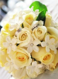 Summer Yellow Roses and Bouquet Bridal. Yellow Wedding Flowers, Green Flowers, Yellow Flowers, Rose Bouquet, Flower Bouquets, Daisy Flower Pictures, Quince Decorations, Yellow Theme, Bouquets