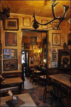 Café La Feuille en papier doré // Rue des Alexiens 55, 1000 Bruxelles // tel 02 511 16 59 // Het Goudblommeke in Papier is een café met een beroemd verleden. Hier vonden de boegbeelden van het Brusselse surrealisme elkaar, zoals René Magritte, Louis Scutenaire, Marcel Mariën. Nu vindt je er foto's van Hergé, Jean Brusselmans, Magritte maar ook teksten van Guido Gezelle, Jan Cox, aforismen van Geert van Bruaene.
