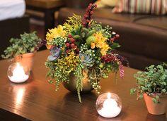 O aniversário de 51 anos decorado por Fabiana Moura traz uma decoração com plantas exóticas em verde e amarelo e diversos artigos de madeira