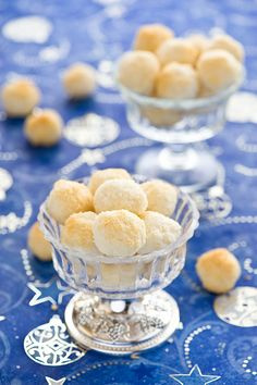 Like wonderful little snowballs of tropical fruit flavour: Coconut Cookies.