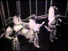 """A canção """"Wouldn't It Be Nice"""" faz parte do disco """"Pet Sounds"""", décimo primeiro álbum de estúdio da banda de rock americana The Beach Boys, lançado 16 de mai..."""