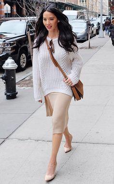 Le kit idéal de transition? Le pull + jupe. Pour savoir quelles tendances font vibrer les célébrités et comment copier leurs looks, c'est par ici!
