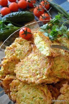 Рецепт оладьев из кабачков. Кабачки и лук натрите на тёрке. Добавьте к ним яйца, соль, перец, сухую приправу, перемешайте. Добавьте муку и вновь...