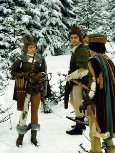 """Für manche Menschen gehört zu einem perfekten Weihnachten eine Gans. Meine Weihnachtsgans ist der Film """"Drei Nüsse für Aschenbrödel"""". Erst, wenn ich gemeinsam mit meiner Schwester vorm Fernseher sitze und die Titelmelodie losleiert (ja, leiert!), kommt so richtig Weihnachtsstimmung auf. Gelegenheit zum Gucken gibt es mittlerweile genug: Es gibt kaum einen Tag bis Weihnachten, an dem der Film nicht irgendwo gezeigt wird. Ich könnte auch einfach die DVD einlegen, die ich seit einigen Jahren…"""
