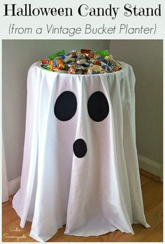 DIY Halloween decorations and party ideas for kids. Easy cheap Halloween party snacks for kids. Spooky fun ideas for budget-friendly Halloween parties. Table Halloween, Halloween Candy Bowl, Soirée Halloween, Adornos Halloween, Manualidades Halloween, Holidays Halloween, Easy Halloween Decorations Diy, Halloween Decorating Ideas, Halloween Sewing