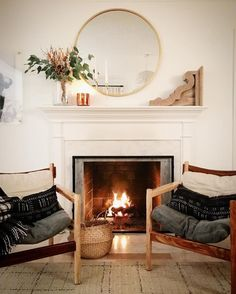 40 Elegant Winter Living Room Decoration Ideas - Page 17 of 46 Winter Living Room, Home Living Room, Living Room Decor, Cozy Fireplace, Above Fireplace Decor, Fireplace Seating, Home Fashion, Home Decor Inspiration, Decoration