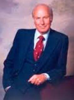 Harold F. Schuknecht (Chancellor 1917 🇺🇸 1996 Boston). Profesor emérito del departamento de Otologia de Harvard Medical School. Innovador y renovador de varias técnicas quirúrgicas, en la estapedectomía con el diseño de una prótesis que es la más usada actualmente en todo el mundo.