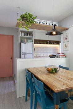 Apartamento pequeno em Perdizes é pura inspiração! Kitchen Room Design, Home Decor Kitchen, Kitchen Interior, Home Kitchens, Kitchen Hacks, Diy Kitchen, Small Apartment Kitchen, Kitchen Cabinets, Kitchen Furniture