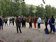 Ensimmäisellä rastilla ryhmä jaetaan neljään osaan ja heidän piti keksiä yhdessä motto ryhmälle