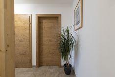 Ein heller Flur mit modernen Türen! Dieses HARTL HAUS Kundenhaus hat moderne Holzinnentüren aus der hauseigenen Tischlerei von HARTL HAUS Oversized Mirror, Interior, Furniture, Home Decor, Contemporary Doors, Deco Interiors, Carpentry, Timber Wood, Decoration Home