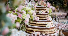 Naked cake decorado com flores em tons pastéis. ♥