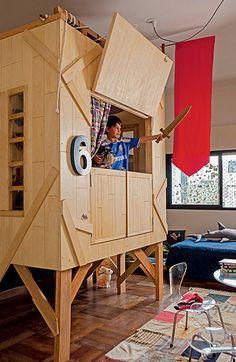 Que menino não sonha em ter uma cabana dessa dentro do quarto? Feita de pínus, é o lugar preferido de José, 6 anos. Projeto da arquiteta Vivian Wipfli