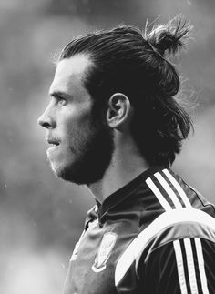Gareth Bale Gareth Bale, Real Madrid Cr7, Football Icon, Football Stuff, Bale 11, Black Men, Black And White, Hairstyles Haircuts, Cut And Style