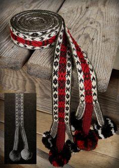 Bijzondere afwerking met weven en pompoms.  Belt - Anna Yukush weaving