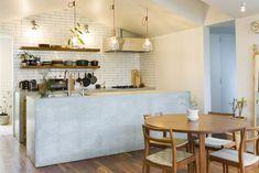 「コンクリートのアイランドキッチンは、モルタル塗装ではなく、基礎からコンクリートを立ち上げて作ってもらいました」。壁面のタイルの貼り方にもこだわっている。