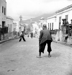 The top end of Shortmarket street in the Bo Kaap was not only used for cars in the late fourties. Old Pictures, Old Photos, Vintage Photos, Cities In Africa, African Mythology, Cape Dutch, Street Game, Old Maps, Antique Maps