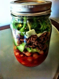 Lunch in a Jar: Part 1 – Spicy Taco Salad. I need to try this jar salad with turkey though Mason Jar Meals, Meals In A Jar, Mason Jars, Salad In A Jar, Soup And Salad, Healthy Snacks, Healthy Eating, Make Ahead Lunches, Lunch To Go