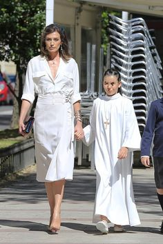 Nieves Álvarez enseña a todas las madres del mundo como es un look de comunión perfecto Paris Fashion, Kids Fashion, Womens Fashion, Fiesta Outfit, Looks Chic, Mom Outfits, White Dress, Street Style, My Style