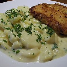 Großmutters Rahmkartoffeln Grandmother's Creamy Potatoes, a sophisticated recipe from the Steami Potato Dishes, Potato Recipes, Vegetable Recipes, Crash Hot Potatoes, Good Food, Yummy Food, Recipes From Heaven, What To Cook, Great Recipes