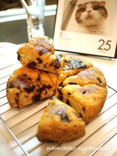 外さっくり中はしっとりのチョコスコーンも出来ちゃいます♡材料はホットケーキミックス・ヨーグルト・(板)チョコ・バターの4つだけ。炊飯器に入れて混ぜ、木べらなどで生地をカットしてスイッチオン!オヤツや朝食にも◎