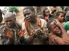 Rwandan refugee children plead with Zairean soldiers to allow them across a bridge separating Rwanda and Zaire where their mothers had crossed moments earlier before the soldiers closed the border. Historia Universal, Wuhan, Black History, The Past, Shit Happens, Mothers, Innocent People, Young People, Horror