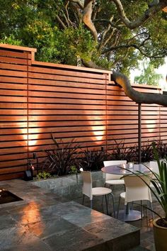 Brise de Madeira Brise de Madeira Diy Abschnitt,You can find Madeira and more on our website. Modern Fence Design, Wood Fence Design, Privacy Fence Designs, Privacy Landscaping, Modern Landscaping, Patio Design, Privacy Fence Decorations, Modern Wood Fence, Modern Backyard