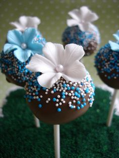 blue & white cake pops - - rich chocolate cake with chocolate buttercream and covered in chocolate. Decorated with sugar flower and non-pareills. Cupcakes, Cake Truffles, Cake Cookies, Cupcake Cakes, Flower Cake Pops, Cake Pop Bouquet, Chocolate Cake Pops, Chocolate Buttercream, Lollipop Cake