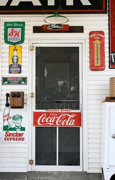 Country store with a Coca Cola Retro Screen door. Coca Cola, Gaudi Barcelona, Old Country Stores, Country Life, Country Living, Country Roads, Oldies But Goodies, Down South, Ol Days
