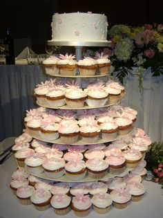 Google Image Result for http://www.bride.ca/wedding-ideas/images/Blog/Cakes/Cupcakes/elegant.jpg