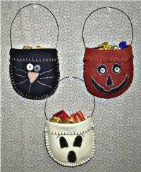 Black cat, pumpkin, and ghost felt treat pockets Halloween Fabric Crafts, Halloween Sewing, Halloween Quilts, Halloween Doll, Halloween Ornaments, Felt Ornaments, Holidays Halloween, Halloween Decorations, Halloween Applique