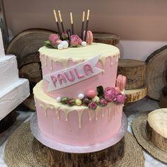 tarta buttercream rosa, dripp de chocolate blanco, deco oreos y floral.